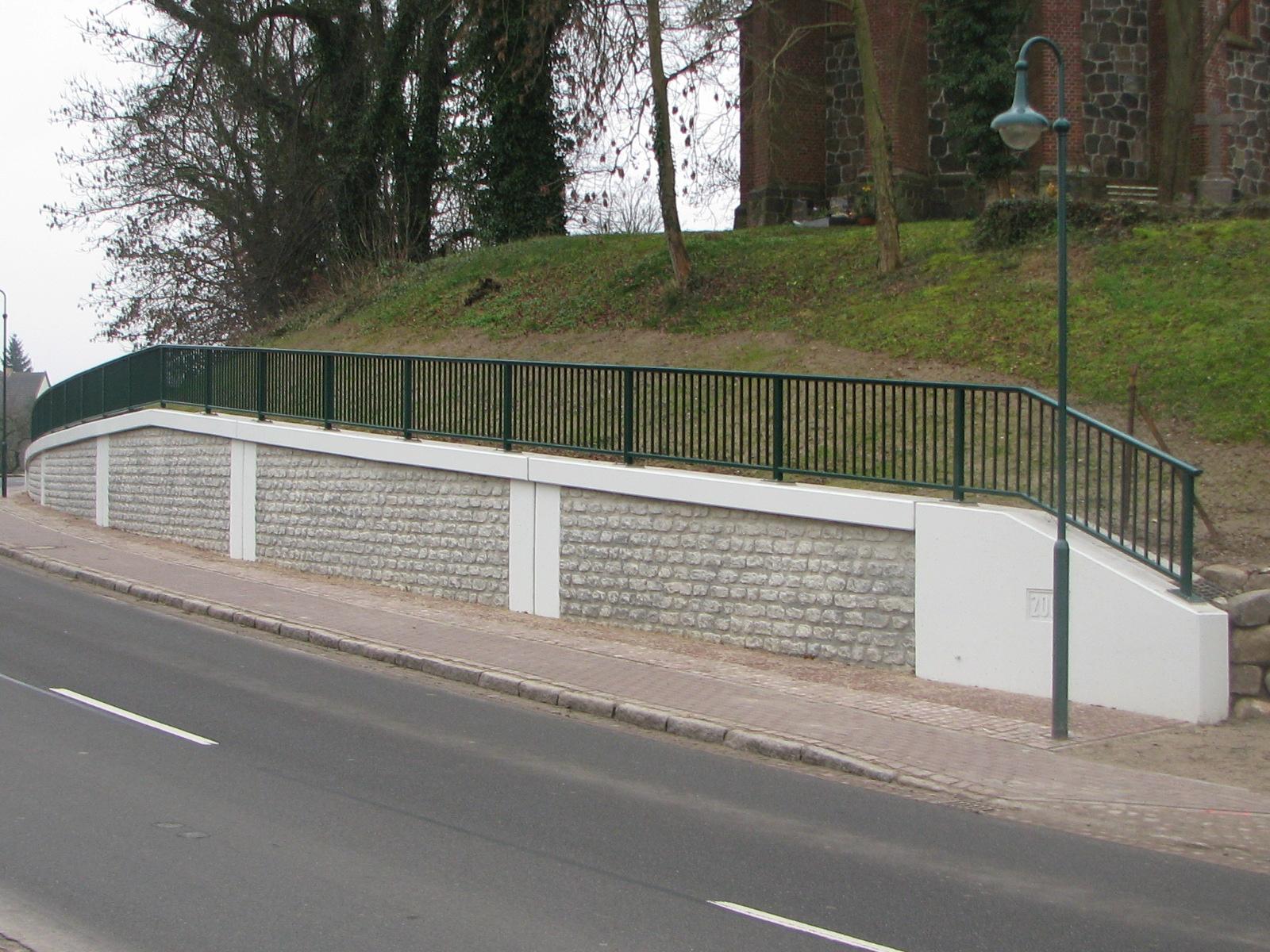 Ersatzneubau einer Stützwand zur Böschungssicherung des Friedhofs- und Kirchgebäudes in Peckatel